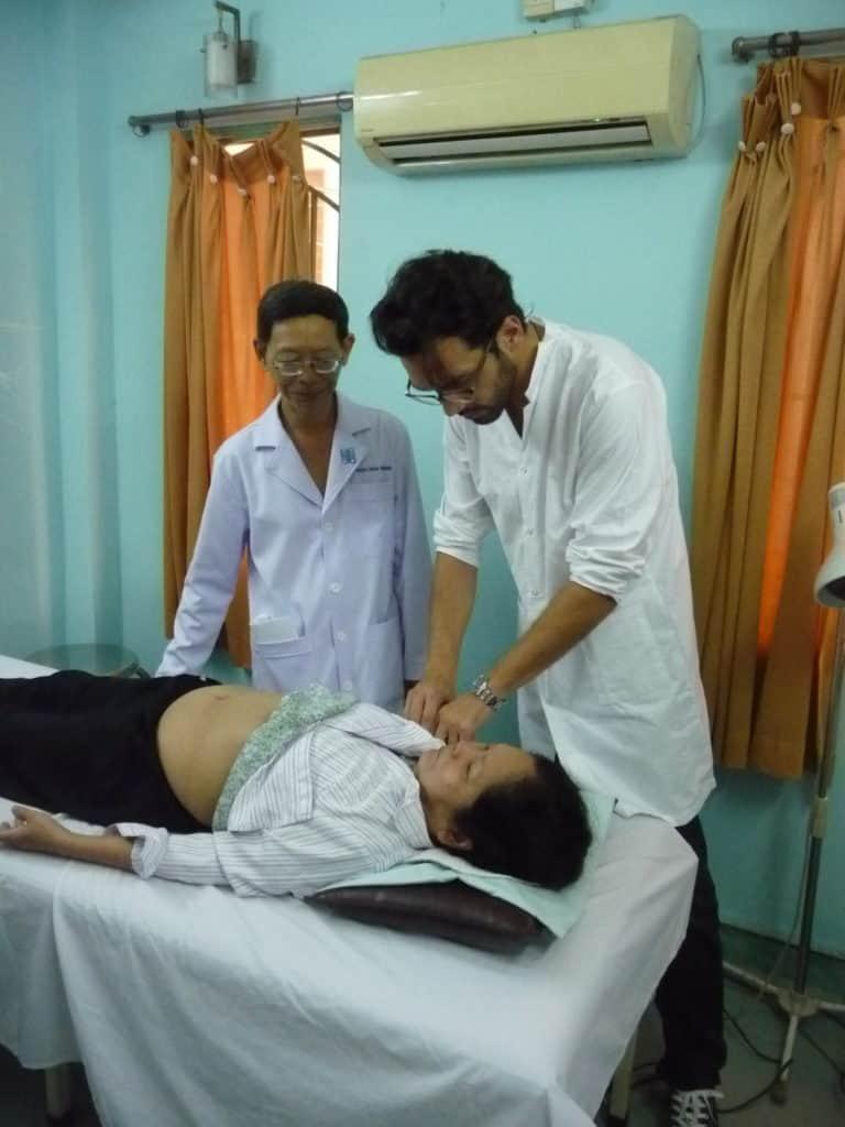 Acupuncture traditionnelle chinoise à Hô Chi Minh Ville avec le docteur et acupuncteur Van Hung.